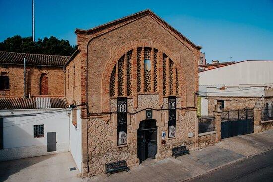 Arbeca, España: Nuestra cooperativa y agrotienda está situada en un edificio modernista obra del gran maestro y arquitecto modernista Cesar Martinell, construida en 1919. https://www.arbequina.coop/cooperativa/nuestra-cooperativa/