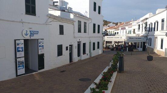 les bureaux dans la rue près du port