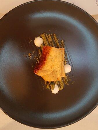 """Descrizione dei piatti:"""" Crostacei al testo,misticanza alcolica,ravanelli e fiori Filetto di limousine con carciofi ,senape e crema di barbabietola di faggio e foglia d'oro. Dessert:"""" Semifreddo al mango crumble allo zenzero e aria di menta. Cheesecake ai cereali e cioccolato barry 75%di cacao."""