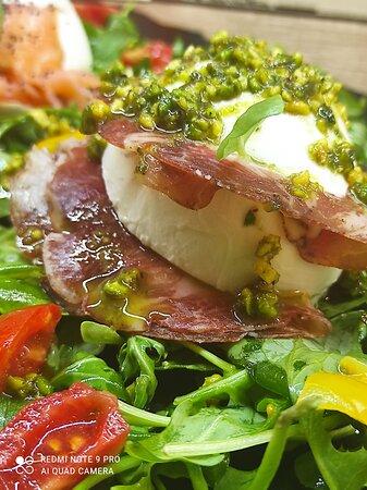 antipasto duo bufaline con capocollo e pesto di basilico e pistacchio