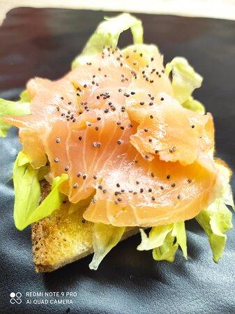 Bruschetta con iceberg, salmone affumicato, bufalina, semi di papvero