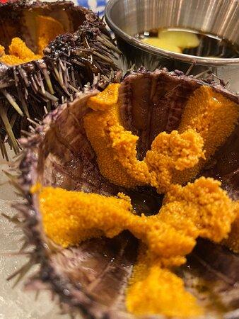 Всегда свежие морские ежи с соевым соусом и перепелиным яйцом