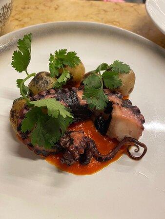 Осьминог с отварным и подпаленным картофелем с соусом романеско на основе чеснока и болгарского перца