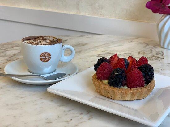Torta individual de frutas vermelhas com cappuccino.