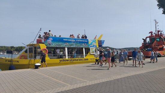 embarquement sur yellow catamaran