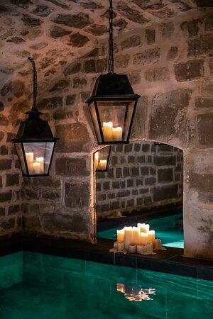 Laissez vous portez par le charme d'une cave voutée du XVIIIe siècle.