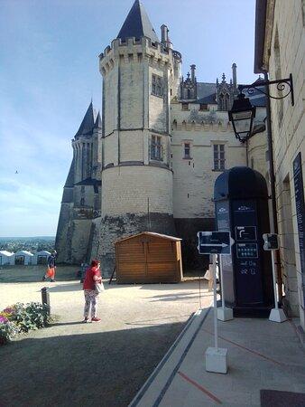 Het kasteel is nu gesloten er wordt gerenoveerd. Je kan er wel omheen foto's maken aan de buitenkant. In 2019 zijn we wel in het kasteel geweest dat was interessant. Vorigjaar ging het niet door vanwege de corona.