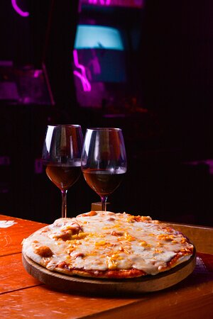 Pizza & vino, la mejor combinación también disponible en LuuSee.