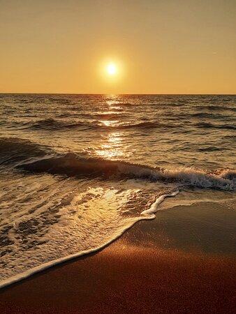 tramonto dalla spiaggia libera a pochi metri dall'hotel Etrusconia