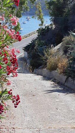 La salita che collega la suggestiva via della Costa al parcheggio riservato e gratuito del Residence