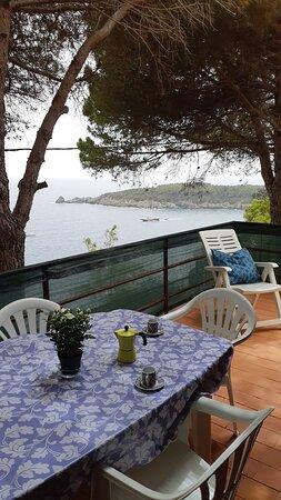 Le terrazze degli appartamenti sono ampie e vista mare, consentendo il massimo relax. Essendoci il wi-fi, alcuni nostri ospiti hanno potuto lavorare in smart working godendosi della pace e tranquillità dell'ambiente