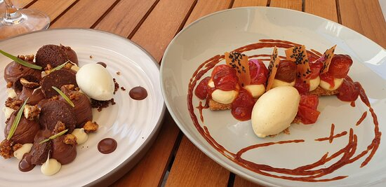 Desserts :  - Streusel cacao, crémeux chocolat, chocolat blanc – citron, sorbet estragon  - Sablé breton au sésame, tomates confites et caramel de tomates, crème et glace vanille