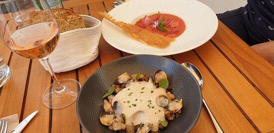 Entrées :     - Gaspacho de tomates, fromage frais, pastèque, pickles d'oignons     - Cappuccino » de champignons aux coques, pommes de terre confites & shiitakés