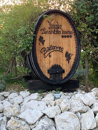 buiten bij de ingang, wijnvat