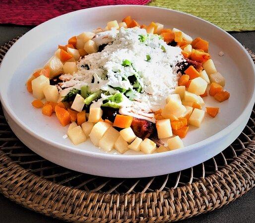 Rellenas de carne de res  y juliana de papa y zanahoria, bañadas de delicioso caldillo de chile guajillo picosito, con un toque de cilantro, queso y crema.