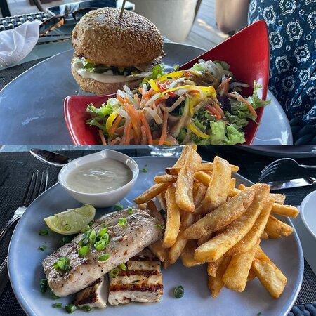 Lunch: Beyond burger and poisson du jour avec frittes.