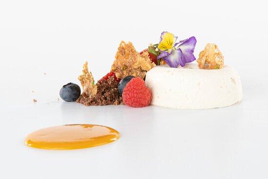 Gazpacho di mango con mousse allo yoghurt di Livigno, e croccante miele e frutta secca