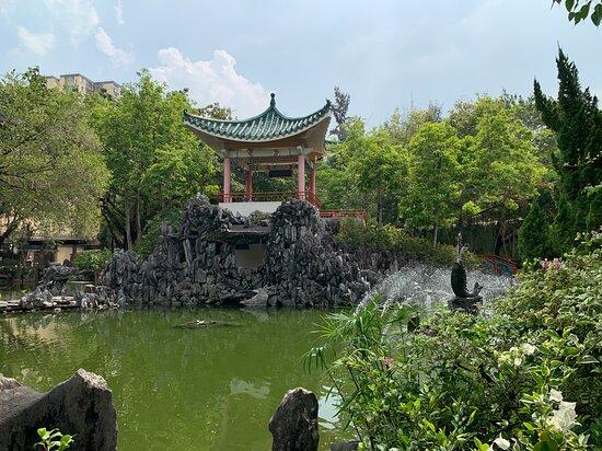 Lai Chi Kok Park - grotto, pond and pavilion