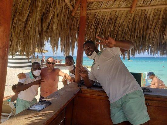 Uva Negra, Mamajuana y Vitamina!!! Gracias chicos!!! ustedes son parte de que los dias sean muy agradables y divertidos!!!!