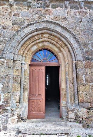Le mélange des styles, roman et début du gothique, crée une heureuse fantaisie. Cette église est de taille importante pour ce petit village de Biennac, aujourd'hui rattaché à Rochechouart.  La sobriété, voir l'austérité toute cistercienne qui règne dans l'édifice, donne à ces lieux une allure sévère. Le chiffre 8 est à l'honneur, le clocher est une tour octogonale, la coupole sous clocher idem, les croisées d'ogives sont à 8 parties.