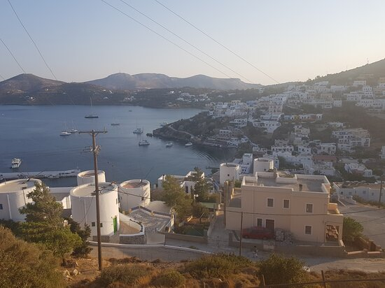Léros, اليونان: Pandeli from the road up to the Six Windmills (foreground is Anemos Mills and Leros Windmills) 
