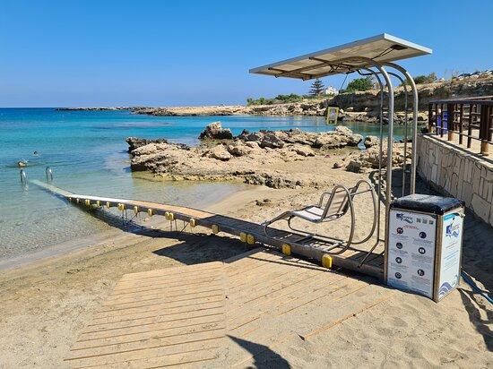 Пляж, оборудованный механизмом seatrack, для маломобильных людей.
