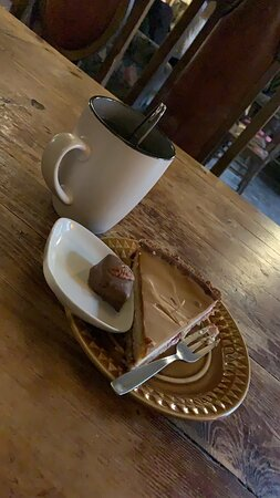 We have enjoyed a nice cake with hot drink in Tallinn at Hiiekivi OÜ. The owner explained all the different cakes, baked by themselves. We enjoyed a ice caramel cake.