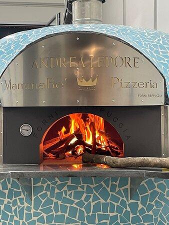 Melfi, إيطاليا: Il motore di MammaRè è il forno a legna.