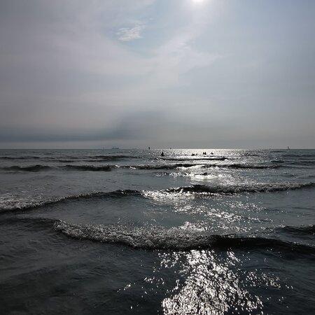 漁光島的沙灘較鄰近的觀夕平台和黃金海岸乾淨許多。在陽光下踩著沙灘泡著海水,相當舒適愜意。