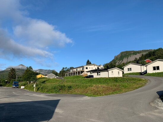 Gelände des Senja Fjordcamps vom Fjord aus betrachtet (Juli 2021)