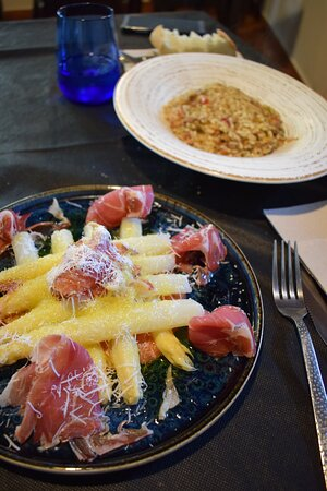 Ensalada de espárragos, jamón serrano y parmesano (menú)