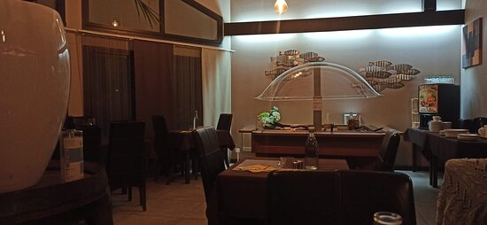Buffet dans le fond de la salle à manger