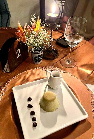 """Sobremesa """"queridinha"""" da casa: Panna Cotta de pistache com calda quente de chocolate"""