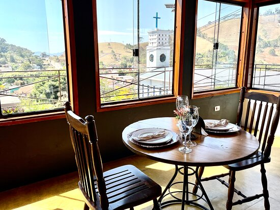 Salão do restaurante com vista para as montanhas!