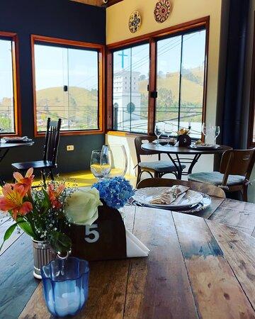 Salão do restaurante com vista para as montanhas da cidade