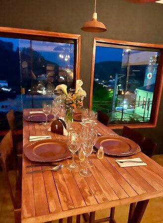 Pra quem gosta de jantar romântico, a luz de velas….