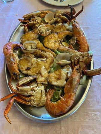 Parrillada mixta de pescado y marisco (para dos comensales).