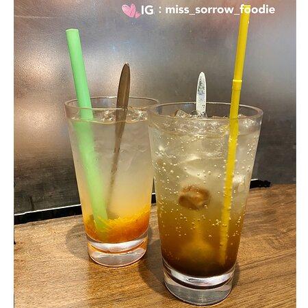 凍蜂蜜雪梨茶(左) 凍柑橘青檸梳打(右)
