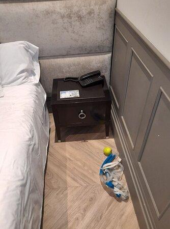 Nur einen Nachttisch an einer Bettseite
