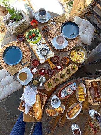 Nous y avons pris le petit-déjeuner, les produits sont délicieux et de qualité. Je recommande vivement,  vous y dégusterez les spécialités de la région dans un cadre magnifique avec une vue panoramique sur la vallée.