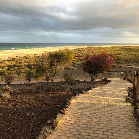 Dall'Hotel ....giardino circostante  e una delle discese per raggiungere la splendida spiaggia di Jandia. ..