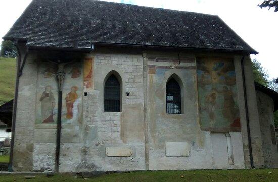 parete a valle con affreschi chiesa di san martino