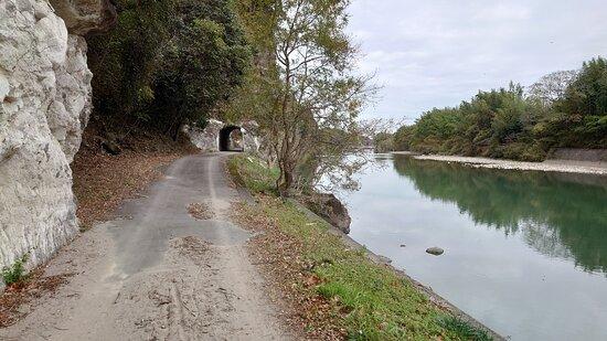 鷹栖観音堂前の旧参道。奥に鷹栖3号隧道が見える。