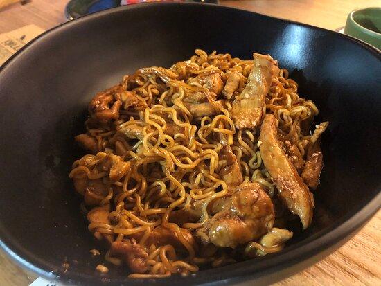 Cena en pareja.  Hamburguesa generosa con patatas y noodles con fideos (ración para dos, o tres)… ¡Expectacular! Muy buen trato y lugar tranquilo para cenar.