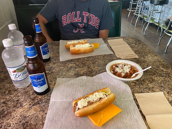 Ferrum, VA: Quick and very friendly service! Delicious dogs, cheese, beans and ice cold beer! 🍺