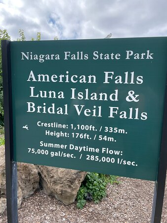 """Cascatas do Niagara, Nova Iorque: Such a fun trip at Niagara Falls & Cave of the Winds!  """"Party Marty"""" was an energetic & fun guide who explained the history of the area well while showing us many sights. Everyone loved the trip!"""