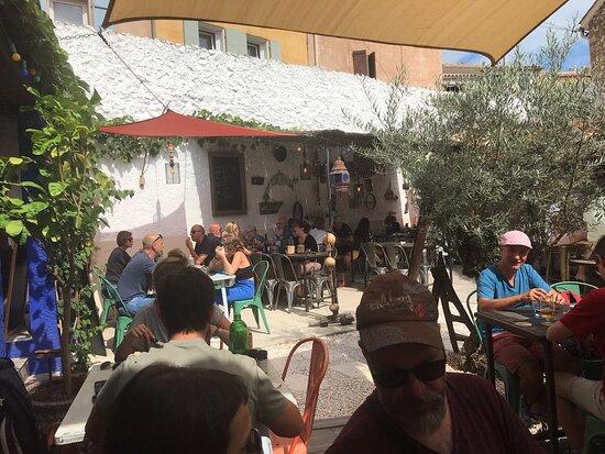 Entrée de la petite cours intérieure, entrée mixte Serrano, chorizo grillé et une cote de cochon fermier en plat