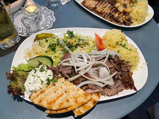 Fotos aus dem 1. OG , Vorspeise Pita & Tzaziki , Hauptspeise Gyrosteller ( knoblauchfreier Tzaziki ) und ein Athina-Teller