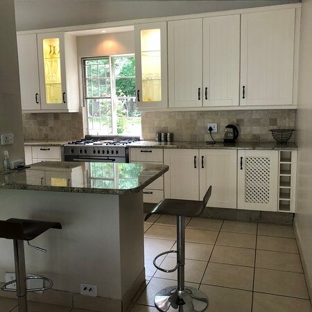 Henley on Klip, África do Sul: The open plan kitchen at Henley River Lodge, a self catering, exclusive use guest house right on the banks of the Klip River, 50km south of Johannesburg, South Africa