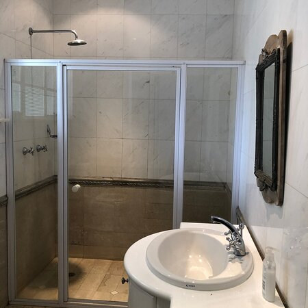 Henley on Klip, África do Sul: The bathrooms @ Henley River Lodge are all in genuine marble, with under floor heating. The main en-suite has a bath and seperate shower, the shared bathroom (pictured here) has a large walking shower (wheelchair friendly).